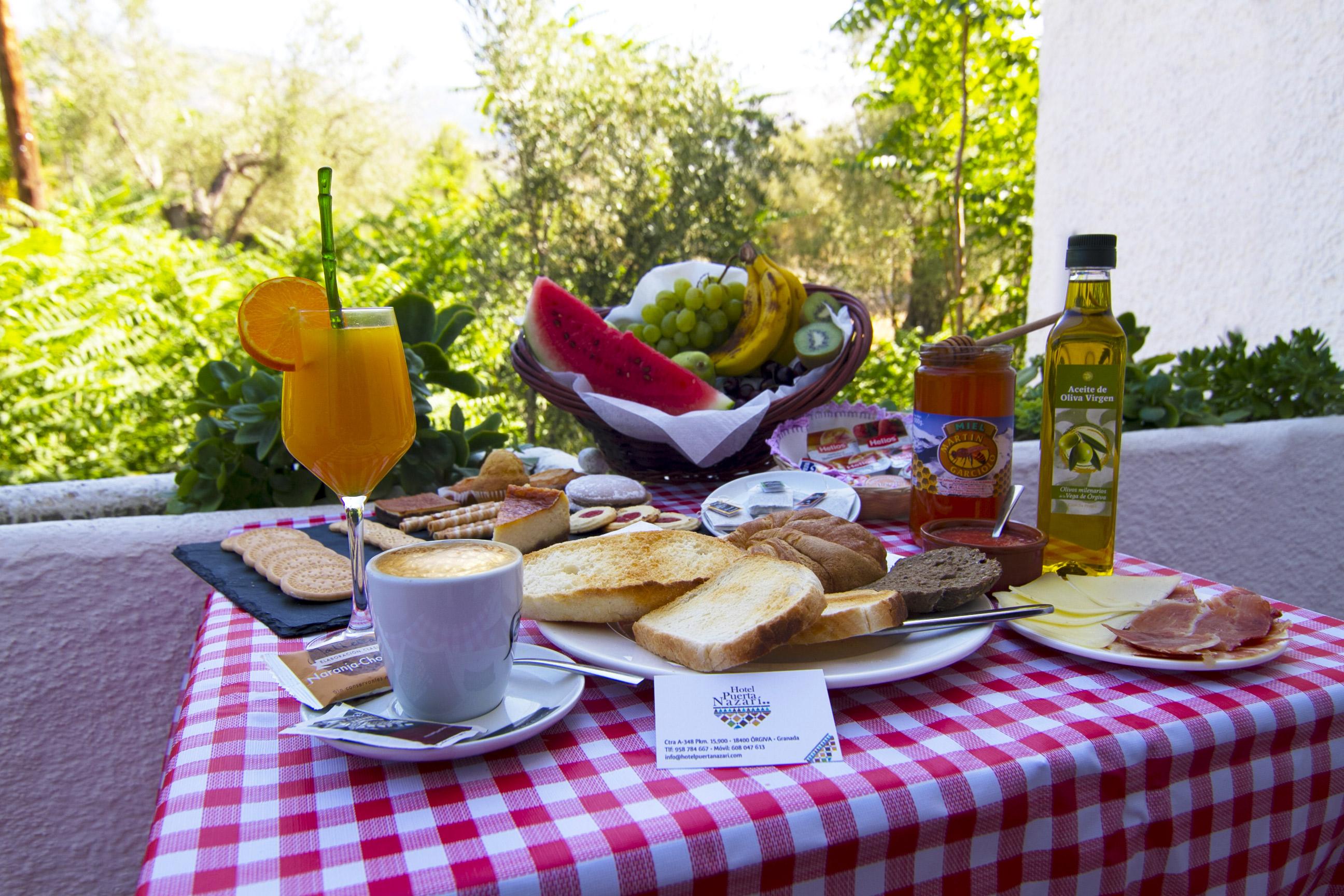 Desayuno tradicional en Hotel Puerta Nazarí en Órgiva, Alpujarra Granada